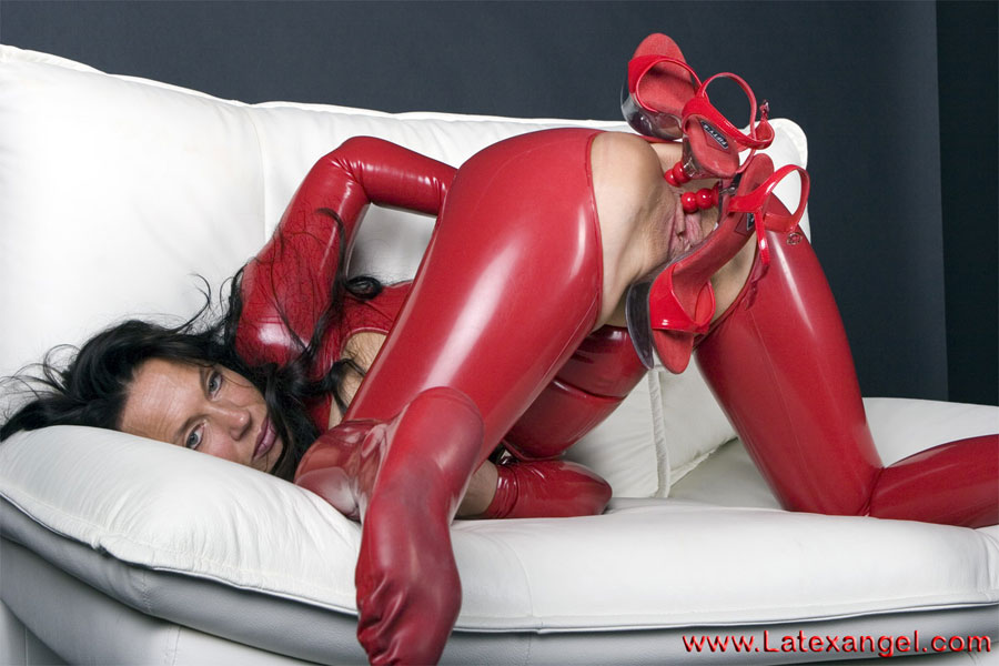 [LatexAngel] Heels in Holes
