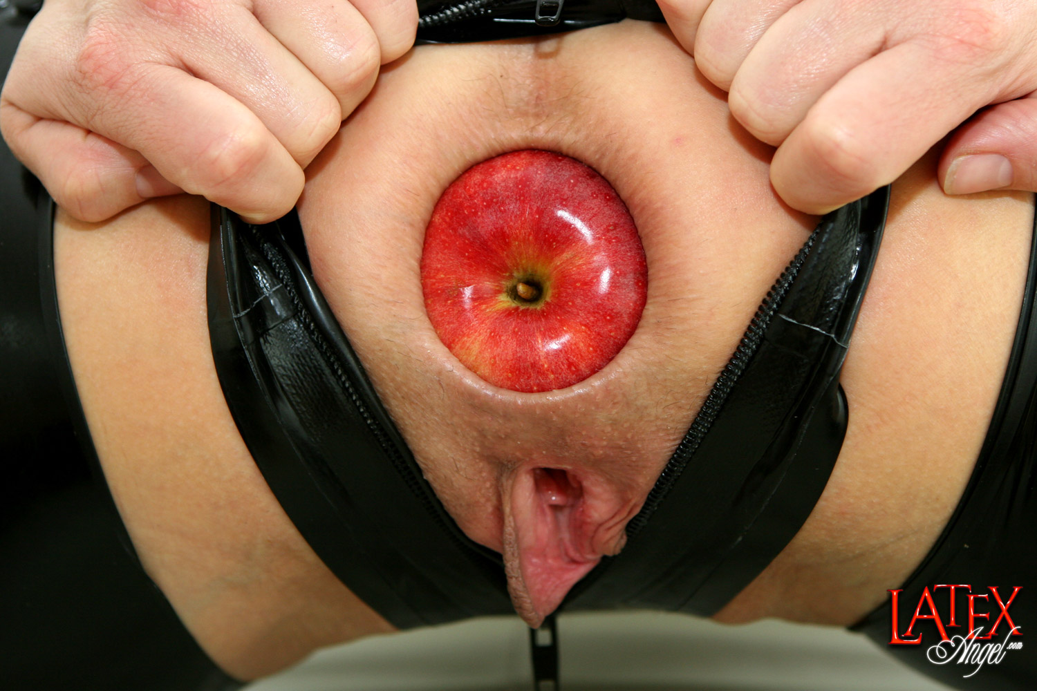 [LatexAngel] Apples in Butthole