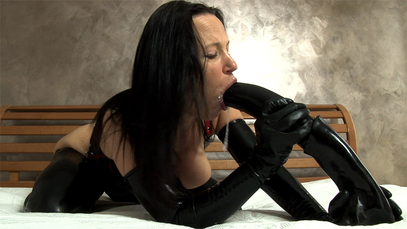 [LatexAngel] Horsecock-Dildo blowjob