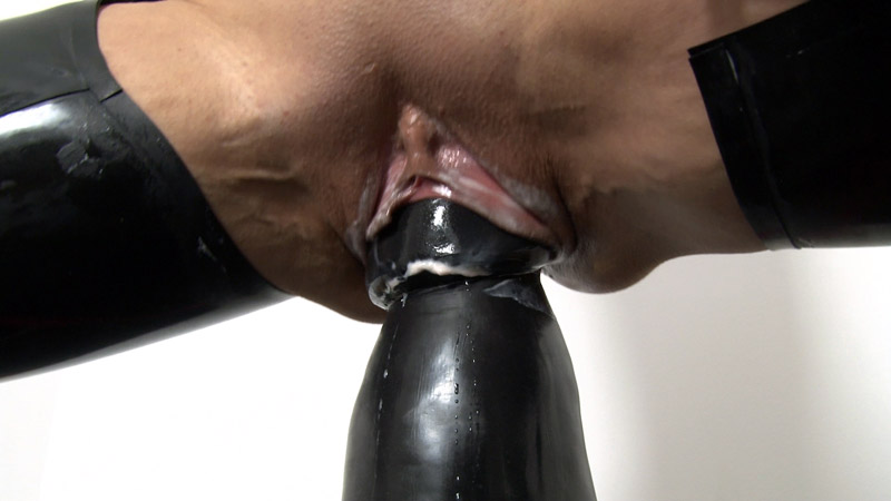 [LatexAngel] Huge Dildo workout